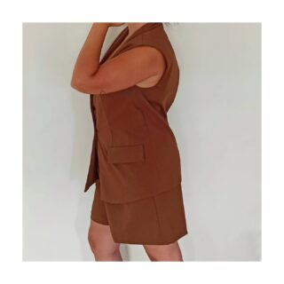 ✨ Dos piezas ✨ . Mi traje para este verano: Bermuda + chaleco . Súper camaleónico: puedes utilizar ambas prendas juntas o por separado . Combinarlo con zapas o tacón y con un sinfín de prendas superiores . Y por supuesto, en un #marron que me sienta fenomenal . #traje #asesoradeimagenvalencia #chaleco #ootd #wiwt #modamujer #outfitmujer